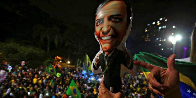 Eleitor de Jair Bolsonaro simula arma ao festejar eleição do