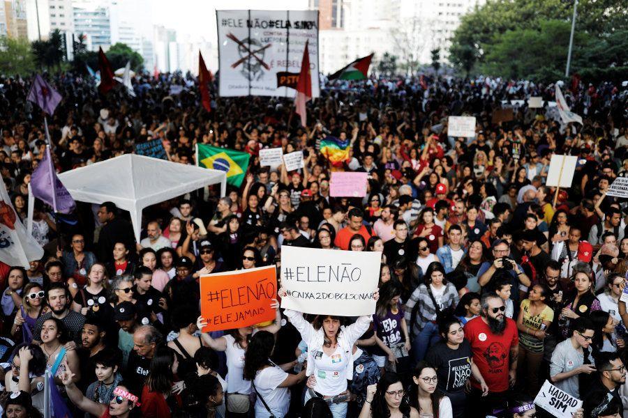 Protestos marcados via Facebook ou divulgados por WhatsApp se materializam com facilidade hoje em
