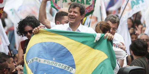 Fernando Haddad participa de marcha pela paz em Heliópolis, em São