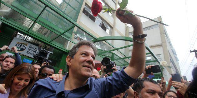 Haddad votou na zona sul de São ao lado da esposa, Ana Estela