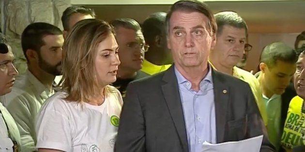 Eleito presidente, Jair Bolsonaro (PSL) dá entrevista ao lado de sua mulher, Michelle, e