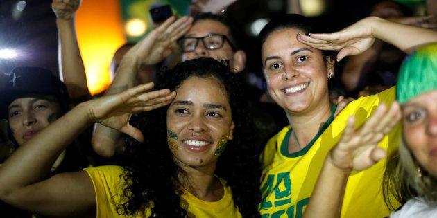 Militantes pró-Bolsonaro comemoram vitório do candidato do PSL nas
