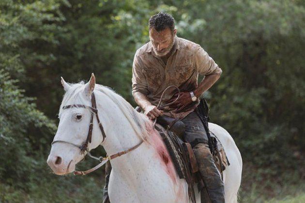 Rick, ferido após queda em barra de ferro, ainda consegue se recuperar para fugir dos