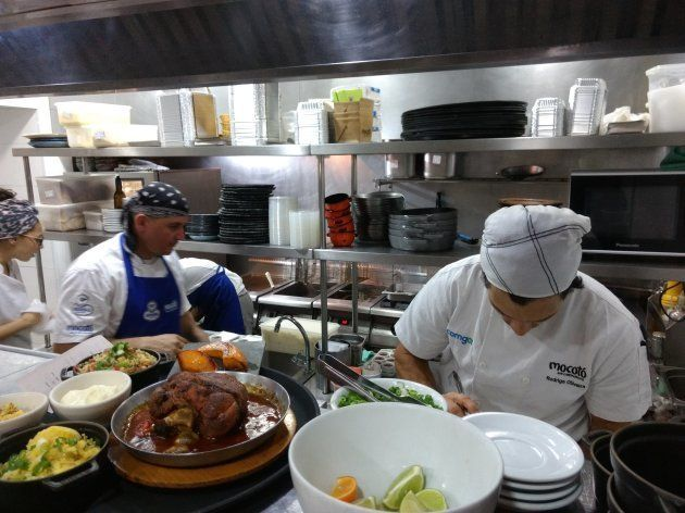 O chef Rodrigo Oliveira trabalhando na cozinha do Mocotó