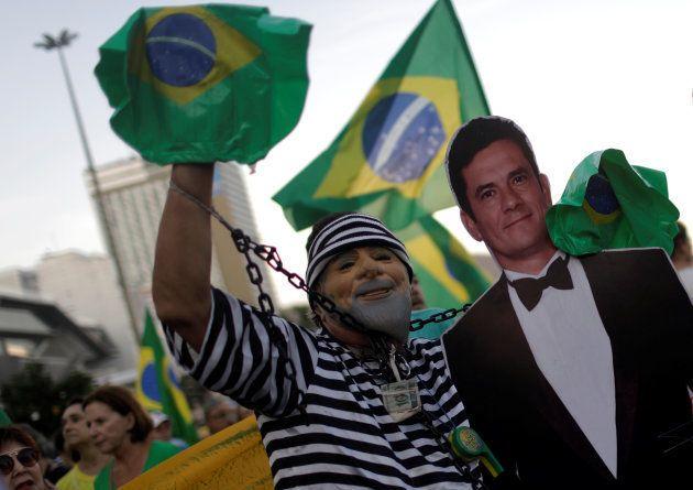 Manifestantes apoiam sentença de Moro, que condenou Lula em 1ª instância em janeiro de