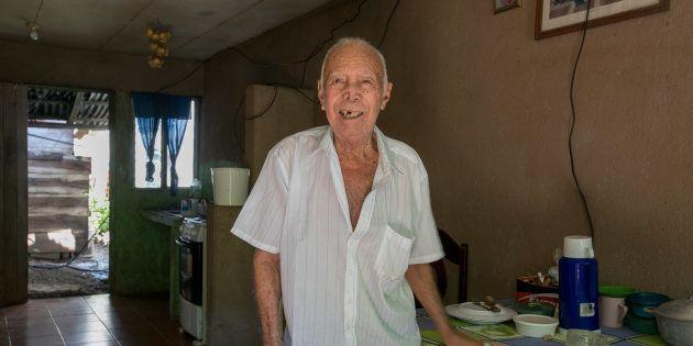 Francisco Gómez, que completou 100 anos em abril, em sua casa, na cidade de Nicoya, Guancaste, Costa