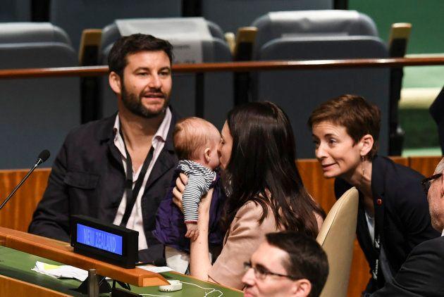 Jacinda Ardern, primeira-ministra da Nova Zelândia, beija a filha Neve Te Aroha Ardern Gayford, observada pelo parceiro, Clarke Gayford, durante a Cúpula da Paz Nelson Mandela, na Organização das Nações Unidas, 24 de setembro de 2018.