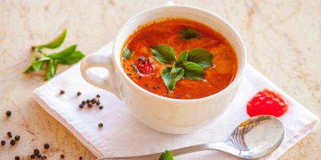 Tradicional prato espanhol, o gazpacho é uma sopa fria refrescante e absurdamente simples de