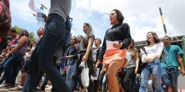 Estudantes chegam para fazer a prova do Enem neste domingo