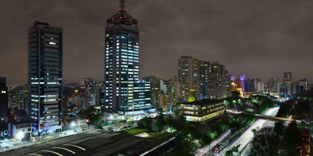 Vista noturna da avenida 23 de Maio, na altura do bairro