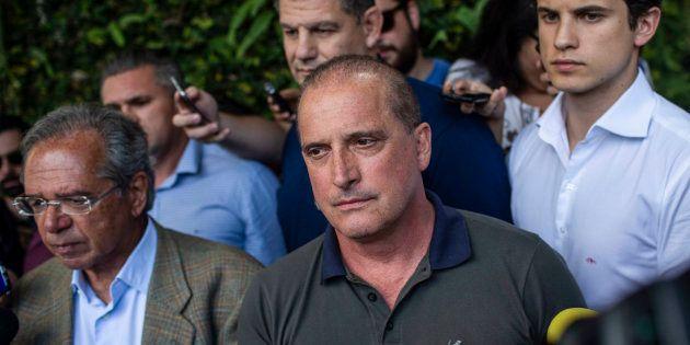 Onyx Lorenzoni (centro) e Paulo Guedes (esquerda) não devem conseguir emplacar reforma da Previdência...