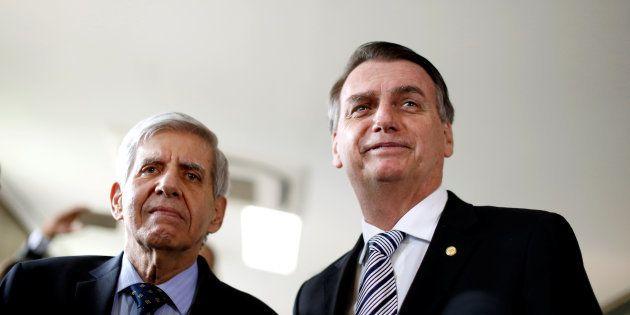 O general Augusto Heleno, que chefiará o GSI, com o presidente eleito, Jair