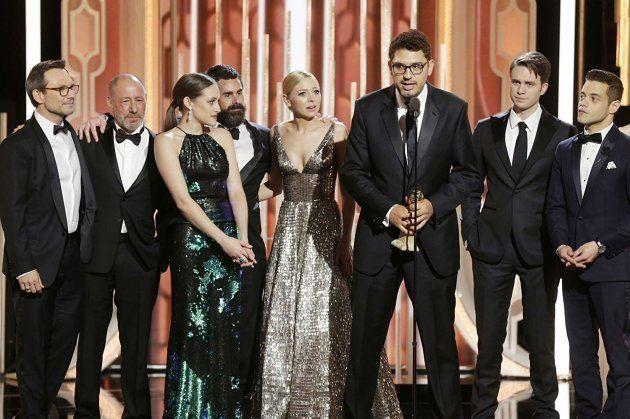 O diretor Sam Esmail recebe prêmio por Mr. Robot junto com o elenco da