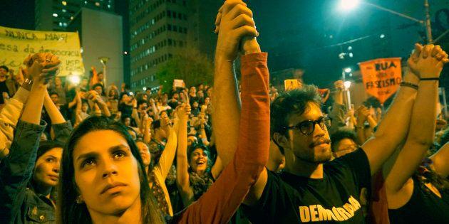 A indignaçãoatingeo seu ápice em meio às discussões políticas nas redes