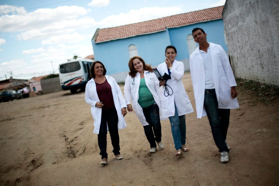 A médica cubana Elza Vega Rodriguez (de verde) com médicos brasileiros em Itiúba (BA), em