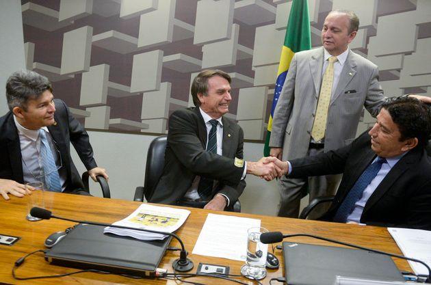 Jair Bolsonaro visita a CPI dos maus-tratos do Senado quando era candidato à Presidência da República,...