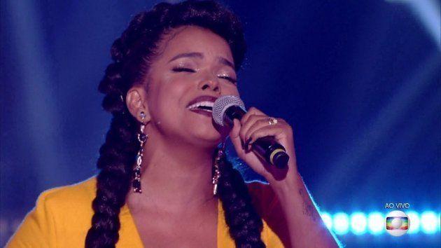 Para quem reclamava que Jeniffer não cantava em português, ela mandou um mix de Sandy & Júnior com Celine