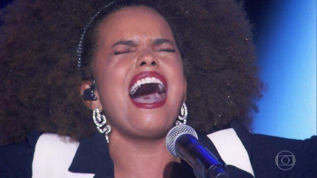 Jeniffer canta