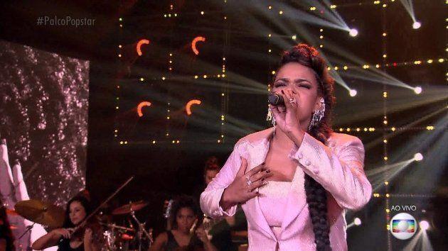 Jeniffer mostra que não tem medo de encarar até uma música de Whitney