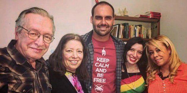 O deputado Eduardo Bolsonaro (centro), com Olavo de Carvalho e sua esposa, Roxane, em foto divulgada...