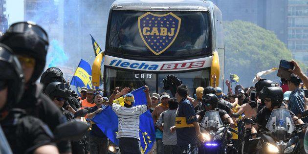 Ônibus do Boca foi atacado por torcedores do River e jogadores ficaram