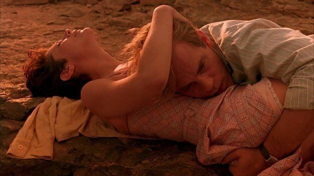 Debra Winger e John Malkovich estrelam