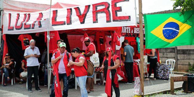 Lula está preso na Superintendência da Polícia Federal, em Curitiba, desde o dia 7 de