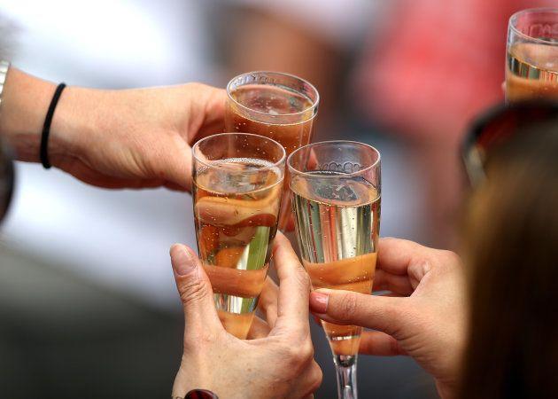 Brindar com champanhe é um sinal de lealdade.