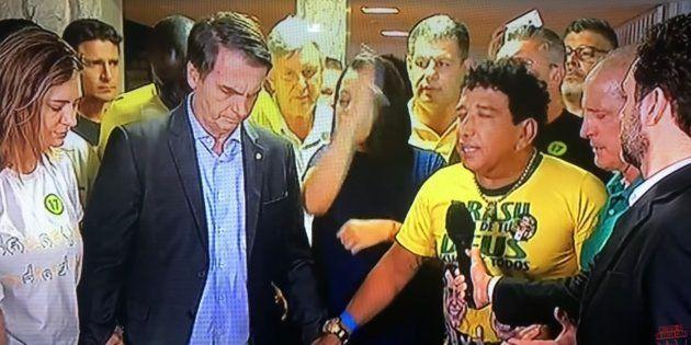 Em agradecimento a vitória de Jair Bolsonaro (PSL), o senador Magno Malta (PR-ES) conduziu uma oração...