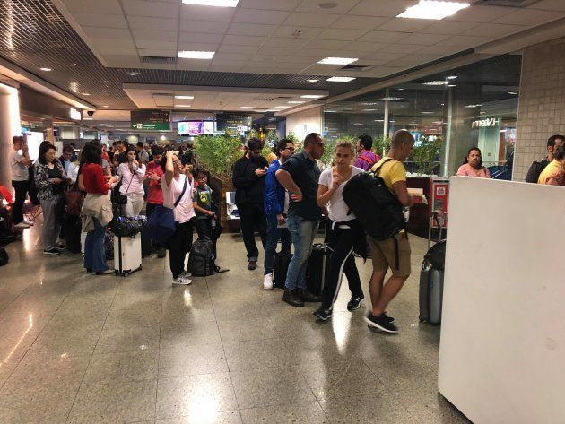 Passageiros da Latam formam filas para tentar remarcar voos neste sábado