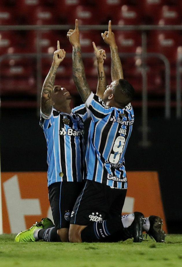 O Grêmio, de Jael (9), bateu o Corinthians e se garantiu entre os 4