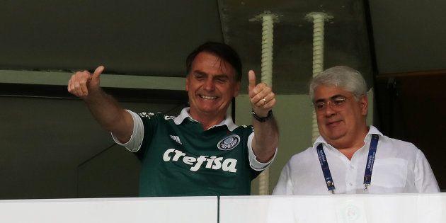 Presidente eleito faz sinal de positivo das tribunas do Allianz