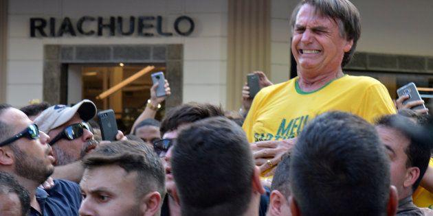 O então candidato Jair Bolsonaro é esfaqueado durante evento de campanha em Juiz de Fora (MG) em