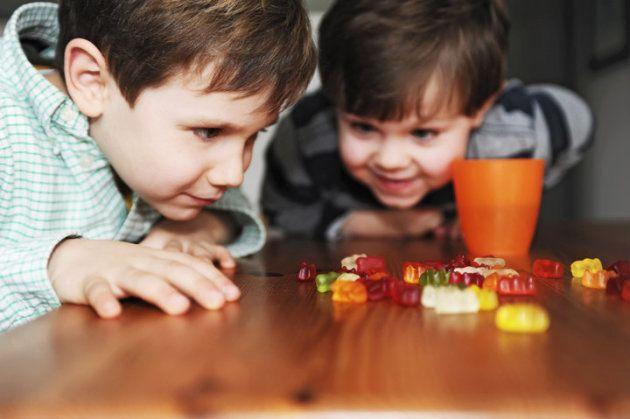 Pais devem supervisionar os filhos quando eles estão comendo vitaminas em