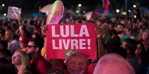 Preso desde 7 de abril na Superintendência da Polícia Federal em Curitiba, o ex-presidente foi condenado...