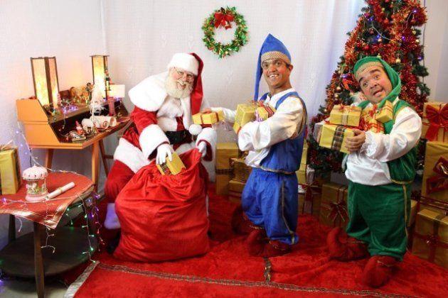 Com ou sem ajudantes, o importante é Papai Noel manter a alegria e o sorriso no rosto.