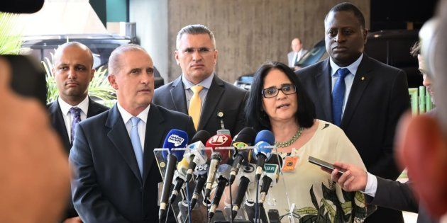 Damares Alves concede entrevista ao lado do futuro ministro-chefe da Casa Civil, Onyx