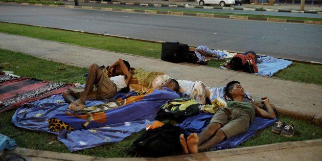 Grupos de venezuelanos acampam em frente a rodoviária de Boa Vista, em