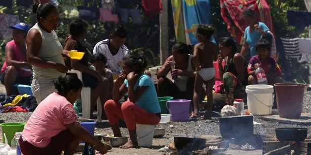 Famílias venezuelanas preparam refeição na área de fora de um abrigo em Pacaraima, entrada para emigrantes...