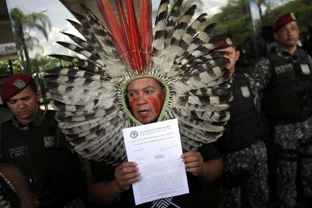 O líder indígena Kreta Kaigang mostra a carta endereçada a Jair
