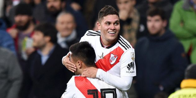 Quintero, herói do título do River Plate, é carregado no colo após marcar o gol da