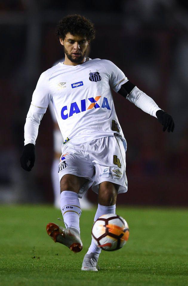 Victor Ferraz está na mira do São Paulo e pode abandonar o posto de capitão do Santos em