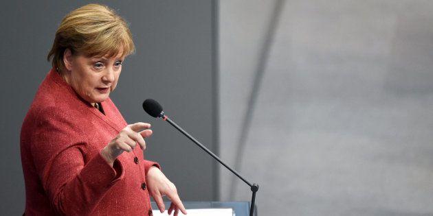 A chanceler alemã, Angela Merkel, discursa no parlamento, em Berlim, nesta quarta