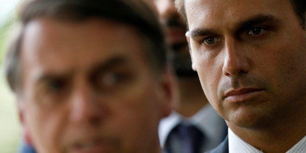 Eduardo Bolsonaro e o pai, Jair Bolsonaro, ambos eleitos pelo
