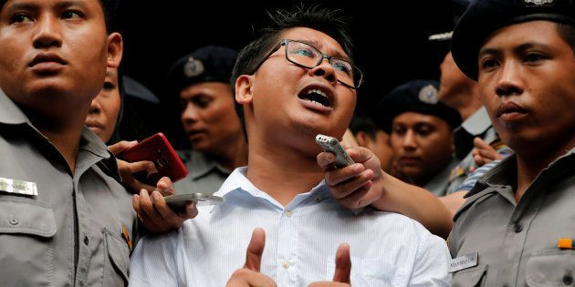 Jornalista da Reuters Wa Lone sob detenção policial em