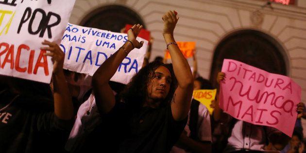 Manifestantes protestam no Rio de Janeiro, em