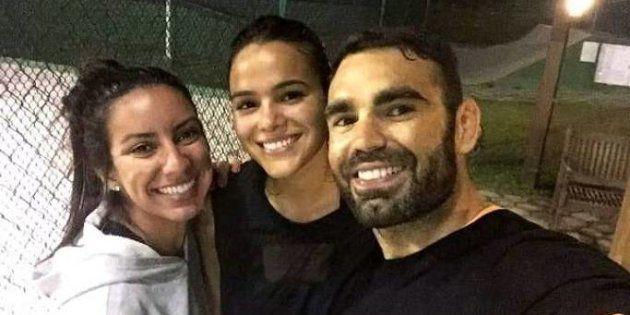 Há registros da personal trainer com famosos, como os atores Bruno Gagliasso e Bruna Marquezine, conforme...