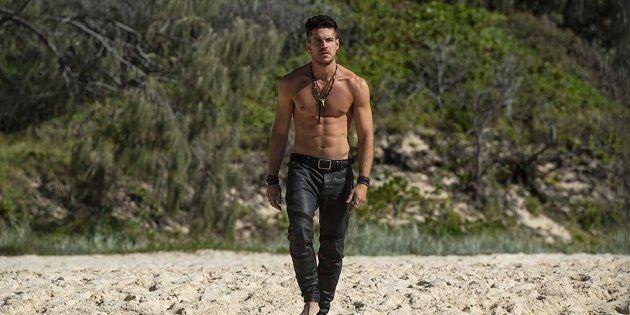 Na série, Pigossi é Dylan, filho de uma sereia com um pescador