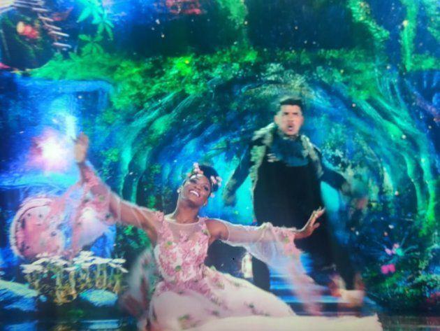 Erika Januza dança a valsa na final da Dança dos