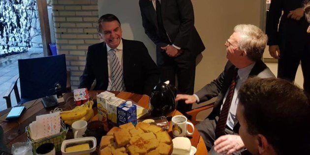 Comidas preferidas de Bolsonaro não fogem ao que aparecem nas fotos: bolos, queijo, Danoninho, pão e...